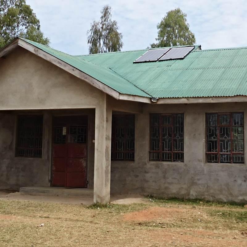 Ostrovní fotovoltaická elektrárna pro školu ve Wambase.