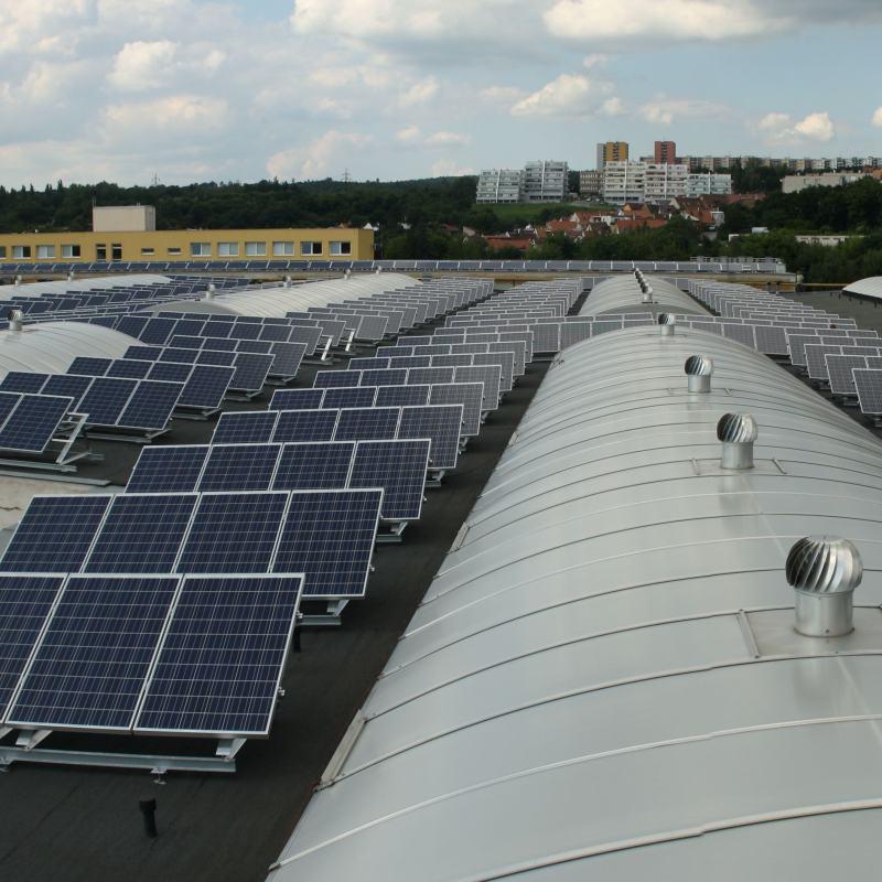 Střešní fotovoltaická elektrárna 324 kWp pro zefektivnění provozu společnosti.